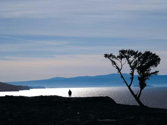 바이칼 호수 알혼섬 불한곶의 전경. 바이칼 호수가 내려다 보이는 신성한 곳이다. 밤 10시가 넘었는데도 백야로 사위는 훤하다