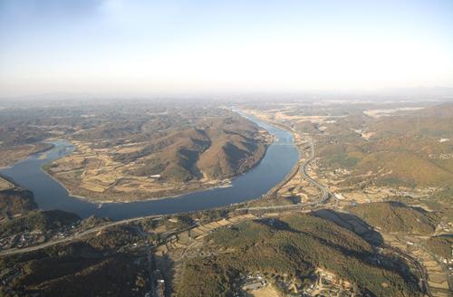 임진강의 곡류 모습. 임진강은 파주의 75㎞를 동서로 가로지른다. /파주시청 제공
