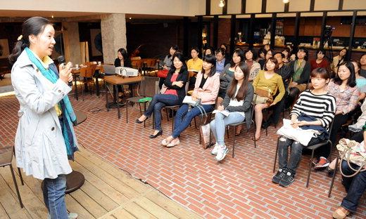 제윤경 에듀머니 이사가 28일 저녁 서울 정동 문화공간 산 다미아노에서 열린 포럼에서 '알파레이디의 똑똑한 재테크'를 주제로 강연하고 있다. | 김정근 기자 jeongk@kyunghyang.com