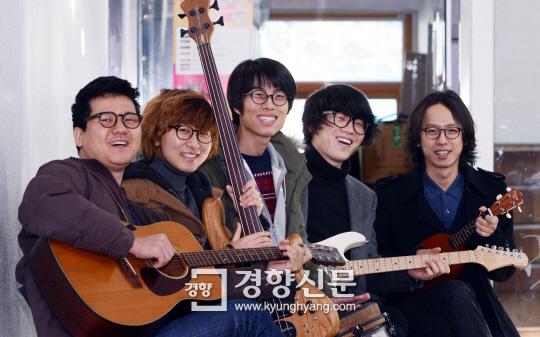 탈학교 청소년들과 음악으로 소통하는 사회적기업 유자살롱의 이충한 공동대표(맨 왼쪽)와 멤버들이 지난 26일 사무실이 있는 서울 영등포구 하자센터에 모여 웃고 있다. | 서성일 기자  centing@kyunghyang.com