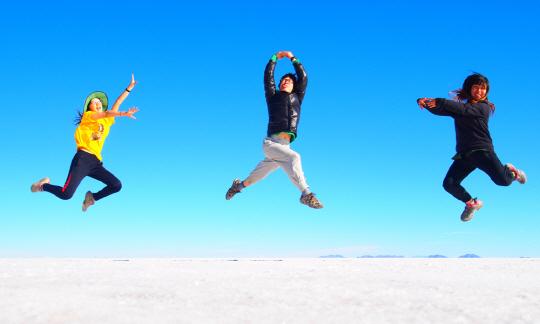 비인가 대안학교인 로드스꼴라 아이들이 지난 4월 남미문학여행 중에 들른 볼리비아의 소금사막에서 하늘을 향해 껑충 뛰어오르고 있다. | 로드스꼴라 제공