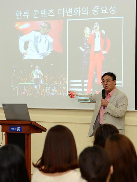 임진모 대중음악평론가가 지난 19일 경향신문사에서 열린 'K팝을 읽는 다섯 가지 코드' 강연에서 싸이의 성공사례를 설명하고 있다. | 홍도은 기자  hongdo@kyunghyang.com