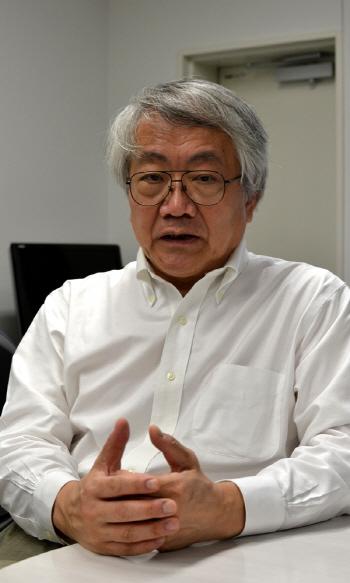 <의사에게 살해당하지 않는 47가지 요령> 저자인 곤도 마코토가 지난 9일 도쿄 게이오대 병원 연구실에서 가진 경향신문과의 인터뷰에서 '암방치법'에 대해 설명하고 있다.