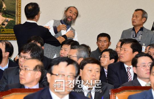 [포토뉴스]농식품부 장관 뒤 '성난 농심' - 경향신문