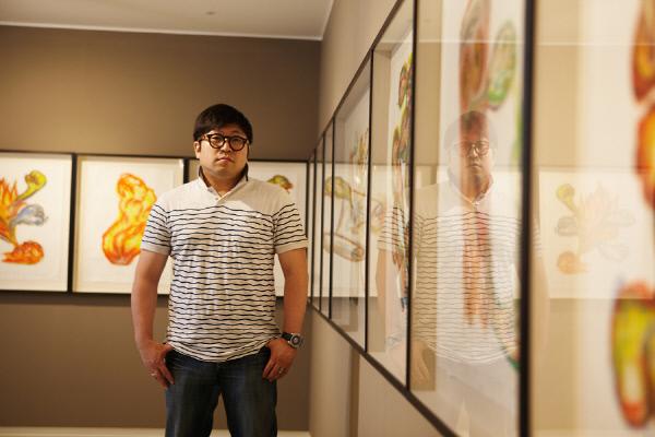 드로잉 작품들을 배경으로 선 김기라 작가. | ⓒ이도영