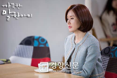 SBS 드라마 '따뜻한 말 한마디'에서 유재학(배우 지진희씨)의아내 송미경(배우 김지수씨)은 남부러울 것 없는 행복한 삶을 누리는 것처럼 보입니다. 하지만 남편의 외도를 계기로, 사실은 자신이 행복하지 않은 결혼을 애써 유지하고  있었다는 사실을 깨닫게 되지요. 그리고 곪아터진 마음 속 상처에 대해서도 눈뜨게 됩니다. (사진출처: SBS '따뜻한 말 한마디' 공식페이지)