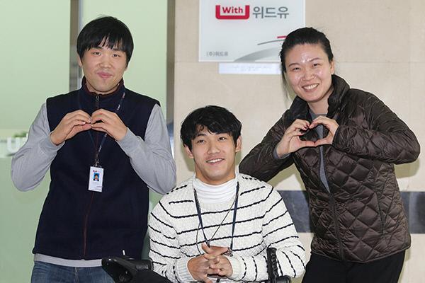 서울시 금천구 (주)위드유 사무실 앞에서 이정근, 신명철, 이혜진씨(왼쪽부터)가 포즈를 취하고 있다. | LG유플러스 제공