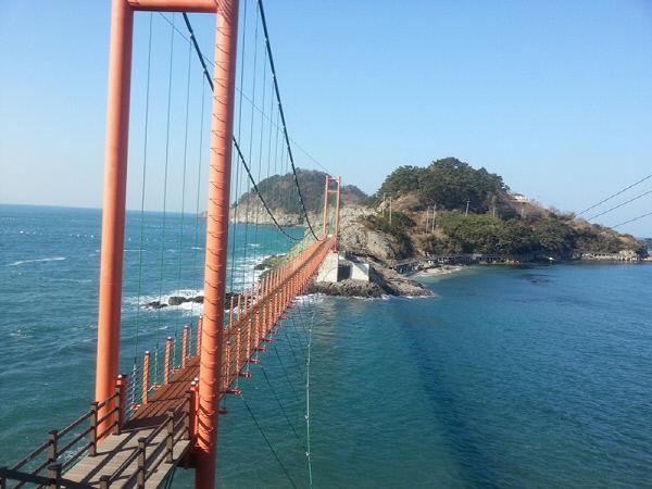 22일 개통하는 경남 통영 산양읍 연대도와 만지도를 잇는 출렁다리. | 통영시 제공