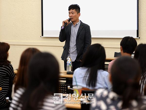 이병률 시인이 지난달 29일 서울 중구 경향신문사에서 독자들과 '사랑과 성숙'에 관해 이야기하고 있다.