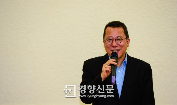 """장석주 시인이 지난 17일 서울 정동 경향신문사에서 '사랑은 아무나 하나'를 주제로 강연하고 있다. 그는 """"사랑은 계산이나 예측 너머에 있다는 점에서 우발적이고, 예기치 않은 만남에서 비롯된다는 점에서 파생상품""""이라고 말했다.  이준헌 기자 ifwedont@kyunghyang.com"""