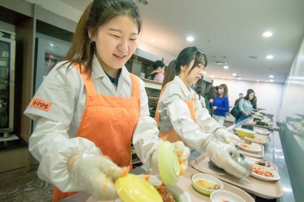 서울 성동구 한양대 학생식당에서 '십시일밥' 활동에 참여하고 있는 여학생들이 식판 정리를 하고 있다.   십시일밥 제공