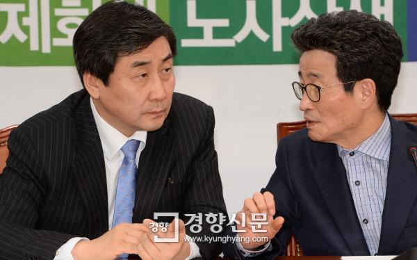 [경향포토]대화하는 이종걸 이목희 - 경향신문