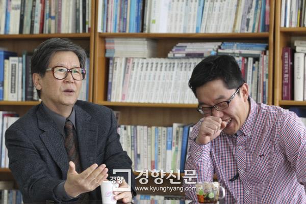 2011년 2월 방송인 김제동과 만나 담소를 나누는 신영복 교수/권호욱  기자