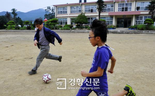2011년 9월9일 신영복교수가 해남 송지초등학교 서정분교 학생들과 축구를 하고 있다. /정지윤 기자