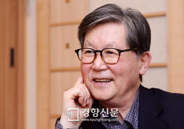 지난해 4월23일 10년만에 신간 '담론'낸 뒤 경향신문과 인터뷰를 하고 있는 신영복 교수/서성일 기자 centing@kyunghyang.com