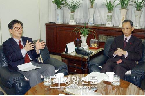 2004년 1월 신영복 교수와 한승헌 변호사가 경향신문 회의실에서 신년대담을 하고 있다. /경향신문 자료사진