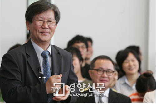 신영복 교수가 2006년 8월8일 정년퇴임을 앞두고 고별강의를 하고 있다./김문석 기자