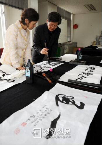 2008년 6월 성공회대 교수들의 소통공간인 새천년관 6층 교수휴게실에서 신영복교수(오른쪽)가 동료교수에게 붓글씨를 가르치고 있다 /서성일 기자