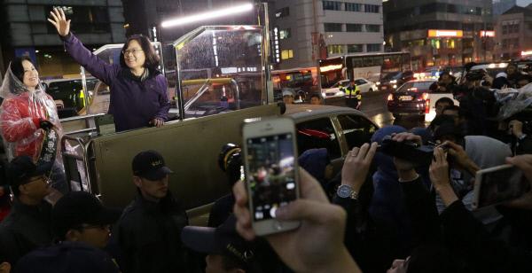 대만 총통 선거 유세 마지막 날인 15일 당선이 확실시되는 민진당 차이잉원 후보가 지지자들을 향해 손을 흔들어 보이고 있다. 타이베이 | EPA연합뉴스