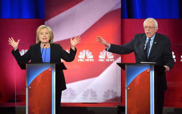 미국 민주당 대선후보 경선주자인 힐러리 클린턴 전 국무장관과 버니 샌더스(버몬트) 상원의원이 17일(현지시간) TV토론에서 격돌했다. | UPI연합뉴스