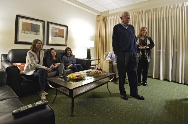 샌더스가 아내 제인(맨 오른쪽)과 함께 1일 아이오와주 디모인의 숙소에서 민주당 경선 결과 방송을 지켜보고 있다.<br / >&nbsp;디모인/EPA연합뉴스