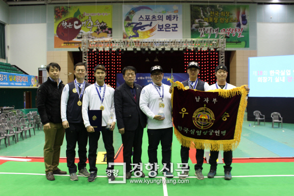 명장 서오석 감독(왼쪽 4번째)이 이끄는 코오롱 남자 양궁단 선수들이 제18회 실업연맹 회장기 대회에서 전종목 금메달을 달성한 뒤 기념촬영을 하고 있다. /코오롱 제공
