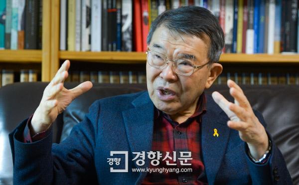 """이만열 숙명여대 명예교수는 """"역사는 사실을 뒷받침해야 한다. 후세들이 평화롭게 살아갈 수 있는 미래를 보장하기 위해 역사교육을 고민해야 한다""""고 말했다.  이석우 기자 foto0307@kyunghyang.com"""