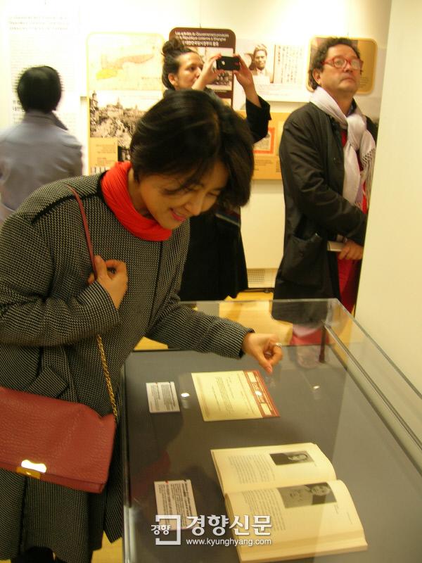 김선현 임시정부기념사업회 이사가 파리1구청 전시실에서 4월 5일부터 15일까지 열린 '한국 독립운동과 프랑스' 특별전에 전시된 할머니의 자서전(정정화의 <장강일기>)을 보고 있다. / 원희복 선임기자