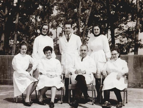 마리안 스퇴거 수녀(뒷줄 왼쪽)와 마거릿 피사렛 수녀(뒷줄 오른쪽)가 1971년 소록도병원 의료진과 함께 기념사진을 찍고 있다.     소록도병원 제공
