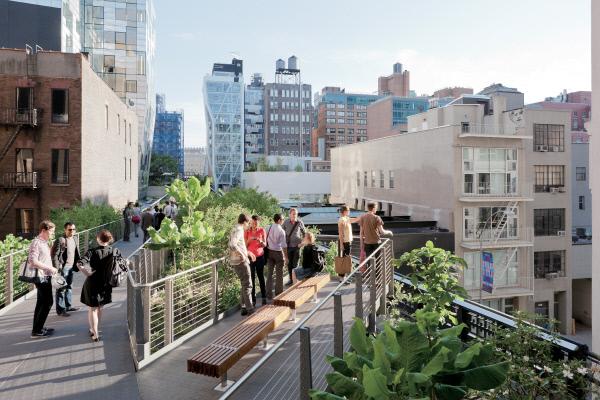 쓸모없게 된 고가철로<br />를 공원으로 재생해 '걸어다니는 도시' 성공사례로 꼽히는 뉴욕의 '하이라인'. 많은 미래학자들은 기술발전과 가치관의 변화가 미래도시 형태에 영향을 미치고, '걸어다니기 좋은 도시' 개념이 21세기형 도시 트렌드를 만들어 낼 것으로 전망하고 있다.  뉴욕시 공원관리소 제공