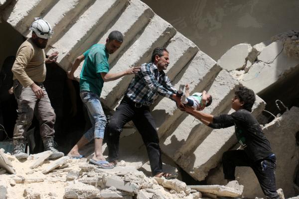 28일(현지시간) 시리아 북부 알레포에서 폭격으로 무너진 건물 더미에서 시민들이 한 아기를 구조하고 있다. 알레포|AFP연합뉴스