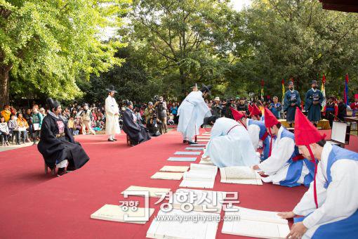 조선왕조실록을 바람에 말리는 포쇄재현행사가 21일 전주 한옥마을에서 열린다./전주시 제공