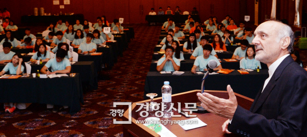 2015년 7월 23일 서울 송파구 올림픽파크텔에서 열린 '2015 경향 글로벌 청소년 외교포럼' 참석  자들이 하산 타헤리안 주한 이란대사의 강의를 듣고 있다. 서성일 기자