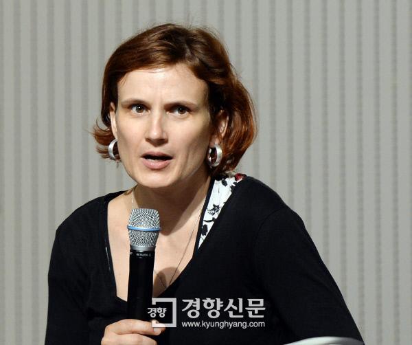 카티야 키핑 독일 좌파당 대표가 10일 서울 연세대 백양누리 그랜드볼룸에서 '유럽의 좌파운동과 기본소득'에 관해 강연하고 있다.<br />강윤중 기자 yaja@kyunghyang.com