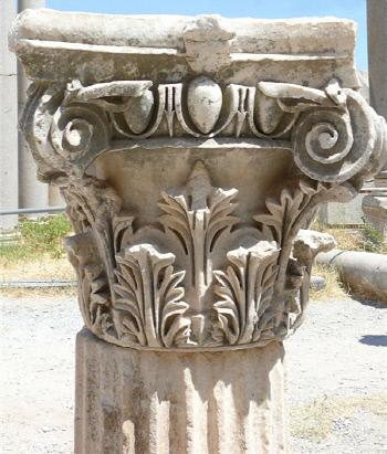 제우스가 우주의 유익함을 그 안에 숨겨놓았다고 하는 아욱! 그리스어로는 아칸토스(Acanthos)라고 부른다. 아칸토스 문양은 코린트 건축양식의 상징으로 자리 잡는다. 사진은 터키의 에페소스 유적에 남아 있는 아칸토스 문양의 코린트 건축양식.