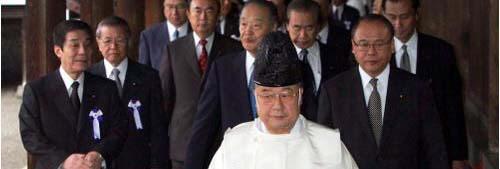 2004년 10월 일본 국회의원들이 야스쿠니신사를 참배하고 있다.  경향신문 자료사진