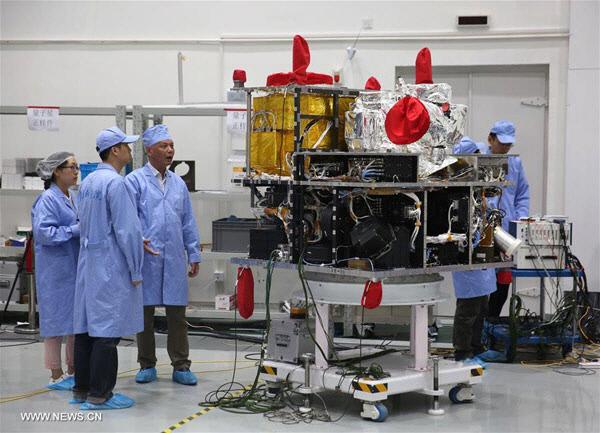 중국과학원 기술자들이 우주로 쏘아보내기 전 모쯔 위성 장비를 검사하고 있다. |신화망