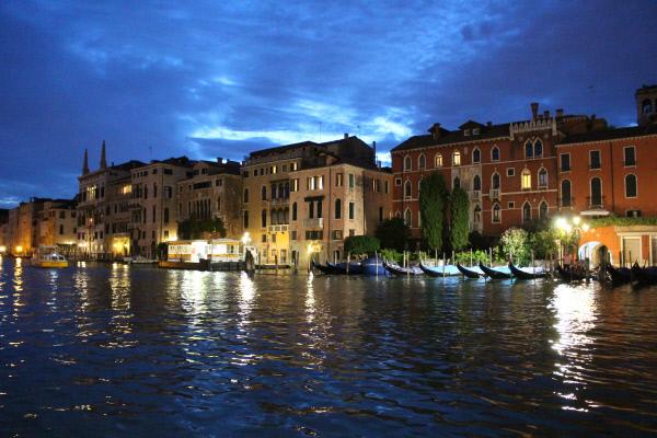 도시 전체가 영롱한 불빛 아래 물들어버리는 베네치아의 야경.