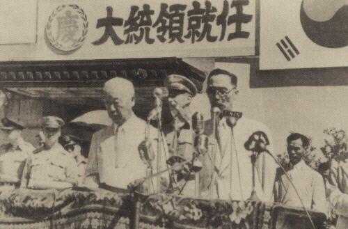 이승만 대통령(왼쪽)이 1948년 7월24일 서울 중앙청에서 취임식을 하고 있다. 경향신문 자료사진
