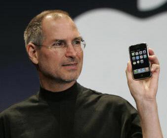 2007년 스티브 잡스가 신형 아이폰을 선보이고 있다.