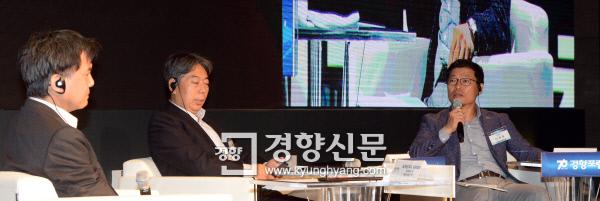28일 서울 소공동 롯데호텔에서 열린 경향포럼에 참석한 노베오카 겐타로 일본 히토쓰바시대 교수, 가오쉬둥 중국 칭화대 교수, 이정동 서울대 교수(왼쪽부터)가 '한·중·일 경쟁과 상생'을 주제로 토론하고 있다.  김정근 기자 jeongk@kyunghyang.com