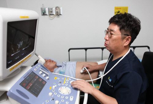 간 건강을 위해서는 혈액검사로 간염 보유 여부를 확인하고 정기적으로 간 검진을 하는 것이 필수적이다. 간질환 분야의 권위자인 장재영 교수가 복부초음파를 통해 간질환 유무를 점검하고 있다. 순천향대 서울병원 제공