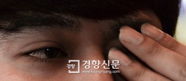 메탄올 급성중독으로 시력이 손상된 김혁씨(28·가명)가 지난 24일 경기도 부천시 내동의 한 커피숍에서 진행된 경향신문과의 인터뷰에서 왼쪽 눈을 가린 채 오른쪽 눈이 잘 보이지 않는다는 것을 설명하고 있다. 이석우 기자 foto0307@kyunghyang.com