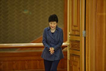박근혜 대통령이 1일 청와대에서 열린 주한대사 신임장 제정식 참석을 위해 방으로 들어서고 있다. 박 대통령은 '최순실 게이트'로 최근 여론이 악화된 이후 청와대 경내 일부 행사에만 참석하고 외부 일정은 모두 취소했다.    청와대사진기자단