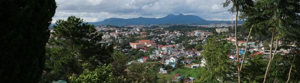 해발 1500m에 있는 베트남의 고산 도시 달랏에서 내려다본 시내 전경.