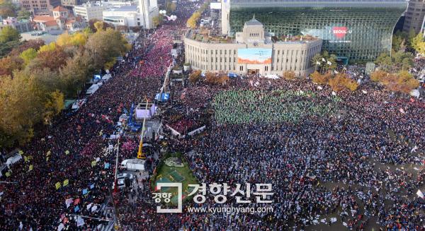[경향포토][11·12 민중총궐기]분노한 시민들로 가득찬 서울광장 - 경향신문