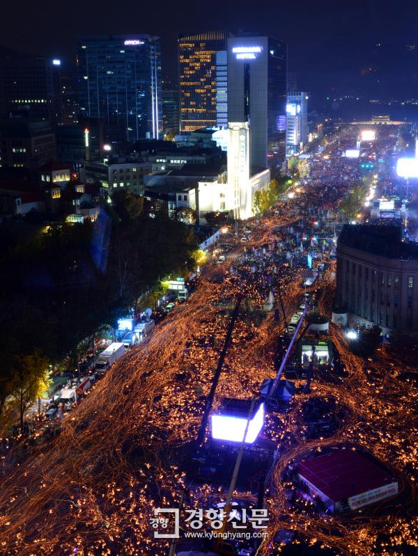 [경향포토][11·12 민중총궐기]광화문은 촛불의 바다 - 경향신문