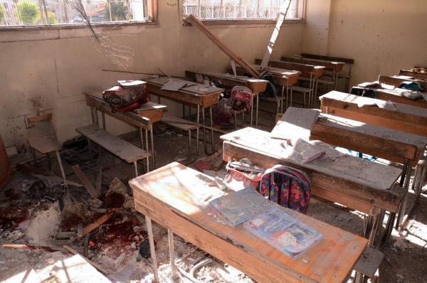 20일(현지시간) 시리아 알레포 외곽 푸르칸의 한 학교 교실이 로켓 공격을 받아 처참히 부서져 있다. 알레포 | AFP연합뉴스