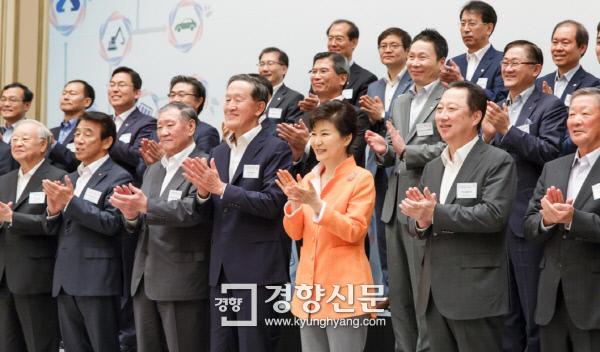 박근혜 대통령이 지난해 7월 청와대에서 열린 '창조경제혁신센터장 및 지원기업 대표 간담회' 종료 후 참석자들과 기념촬영을 하고 있다. / 청와대 홈페이지