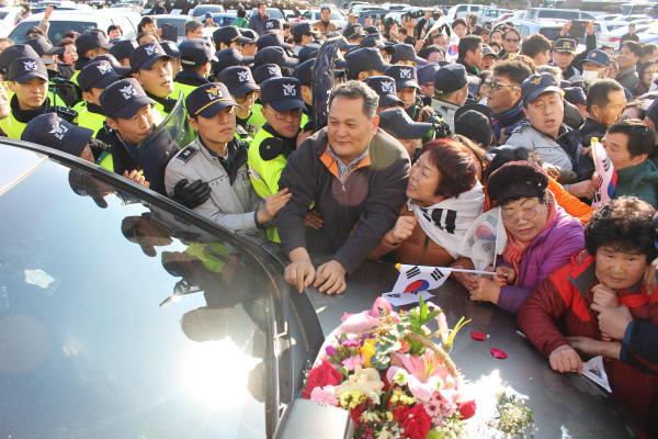 박근혜 지지자들 문재인 차량25분간 봉쇄